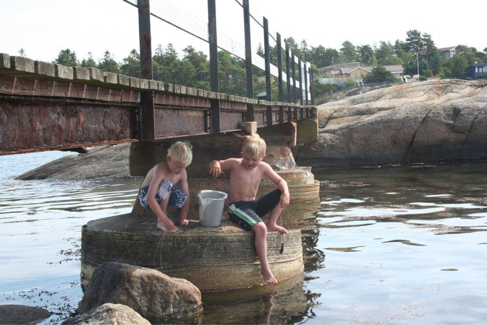 Bilde av to gutter som fisker.
