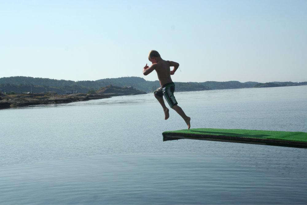 Bilde av en gutt som hopper fra stupebrett.